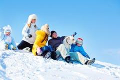 Familia de risa en parque del invierno Imagen de archivo