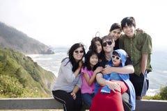 Familia de siete que se sientan por el Océano Pacífico. Fotos de archivo