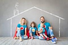 Familia de super h?roes que juegan en casa fotografía de archivo libre de regalías