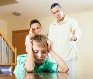 Familia de tres con el hijo adolescente que tiene conflicto Foto de archivo libre de regalías