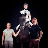 Familia de tres con su caballo Foto de archivo libre de regalías