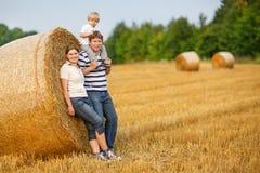 familia de tres en campo amarillo del heno en verano. imágenes de archivo libres de regalías