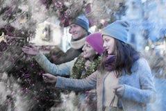 Familia de tres en el mercado de la Navidad Foco selectivo Fotos de archivo libres de regalías
