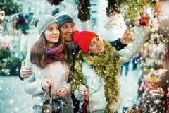 Familia de tres en el mercado de la Navidad Foco selectivo Fotografía de archivo