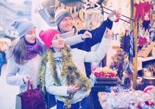 Familia de tres en el mercado de la Navidad Foco selectivo Imágenes de archivo libres de regalías