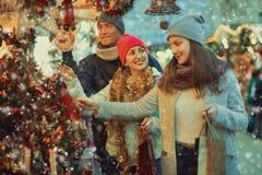 Familia de tres en el mercado de la Navidad Foco selectivo Imagen de archivo libre de regalías