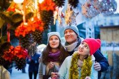 Familia de tres en el mercado de la Navidad Foco selectivo Foto de archivo