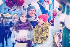 Familia de tres en el mercado de la Navidad Foco selectivo Imagen de archivo