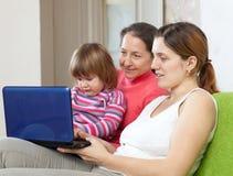 Familia de tres generaciones con el netbook Fotografía de archivo