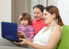 Familia de tres generaciones con la computadora portátil Imágenes de archivo libres de regalías