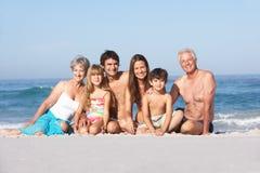 Familia de tres generaciones el día de fiesta Imagenes de archivo