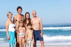 Familia de tres generaciones el día de fiesta en la playa Imagen de archivo libre de regalías