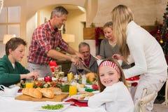 Familia de tres generaciones que cena la Navidad junto Imagen de archivo libre de regalías