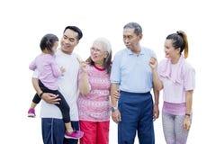 Familia de tres generaciones que charla en el estudio foto de archivo libre de regalías