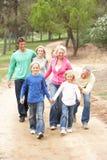 Familia de tres generaciones que disfruta de la caminata en parque Foto de archivo libre de regalías