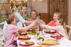 Familia de tres generaciones que disfruta de la cena de la Navidad junto Foto de archivo