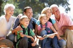 Familia de tres generaciones que se reclina sobre una caminata del país fotos de archivo libres de regalías