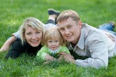 Familia de tres que disfruta el verano pasado de días Imágenes de archivo libres de regalías