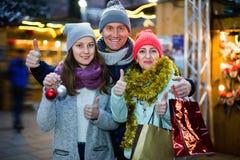 Familia de tres que presentan en el mercado de la Navidad Fotos de archivo libres de regalías