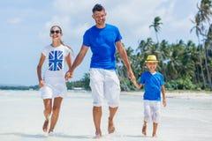 Familia de tres que se divierten en la playa Fotos de archivo libres de regalías