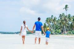 Familia de tres que se divierten en la playa Fotografía de archivo
