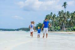 Familia de tres que se divierten en la playa Imagen de archivo