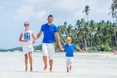 Familia de tres que se divierten en la playa Fotografía de archivo libre de regalías