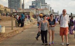 Familia de turista que toma un paseo entre locals Fotos de archivo