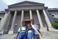 Familia de turistas en los pasos de Benjamin Franklin Institute, Philadelphia, PA Imagen de archivo libre de regalías