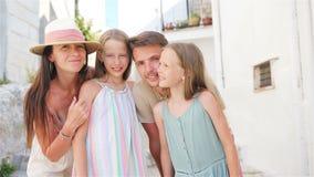 Familia de vacaciones de los padres y de los niños en vacaciones europeas metrajes