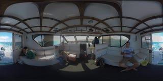 Familia de 360 VR que viaja en yate Visión interior con el capitán que conduce el buque almacen de video