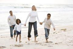 Familia del African-American que recorre en la playa Imagenes de archivo