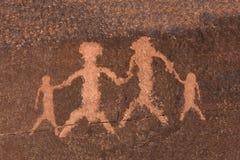 Familia del arte de la roca del petroglifo Foto de archivo libre de regalías