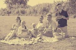 """familia del ¿del ï"""" que come sandía Foto de archivo"""