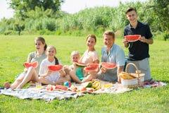 """familia del ¿del ï"""" que come sandía Imagen de archivo libre de regalías"""