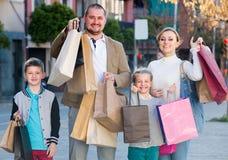 """familia del ¿del ï"""" que hace compras feliz junto Fotos de archivo"""