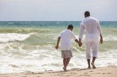 Familia del hijo del padre del afroamericano en la playa foto de archivo libre de regalías