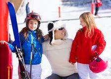 Familia del invierno de la nieve en madre e hijas de la pista del esquí Foto de archivo libre de regalías
