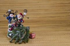 Familia del muñeco de nieve en un fondo de madera Foto de archivo