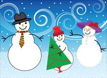 Familia del muñeco de nieve que consigue el árbol de navidad Imagenes de archivo