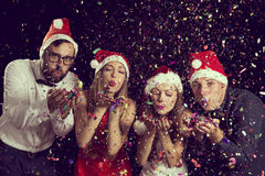 Familia del muñeco de nieve que consigue el árbol de navidad Imagen de archivo