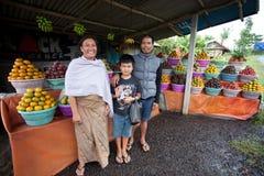 Familia del vendedor de la fruta Foto de archivo