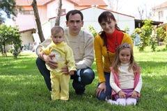 Familia delante de la casa Foto de archivo