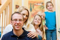 Familia delante del ordenador que tiene conferenc video Imagen de archivo