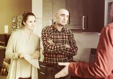 Familia descontenta con la calidad fotografía de archivo