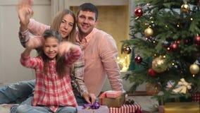 Familia despreocupada de tres manos que agitan en la Navidad almacen de metraje de vídeo