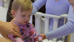 Familia e hija con el personal en Ward Of Hospital pediátrico metrajes