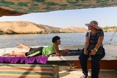 Familia egipcia en Nile River imagenes de archivo