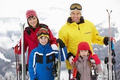 Familia el día de fiesta del esquí en montañas Fotos de archivo libres de regalías