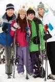 Familia el día de fiesta del esquí en montañas Foto de archivo libre de regalías